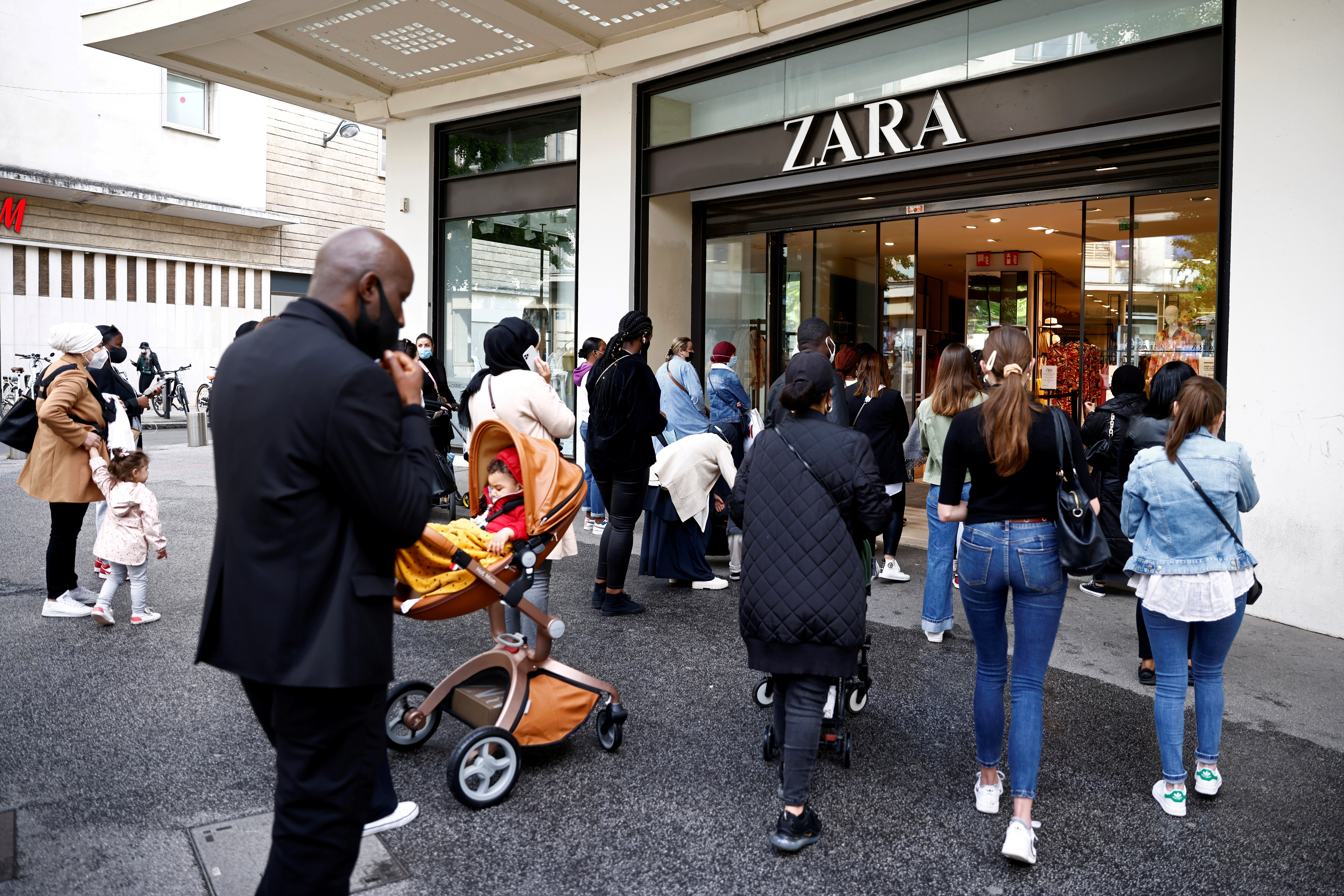 Customers enter a Zara shop in Nantes as non-essential business re-open after closing down for months, amid the coronavirus disease (COVID-19) outbreak in France, May 19, 2021. REUTERS/Stephane Mahe/File Photo